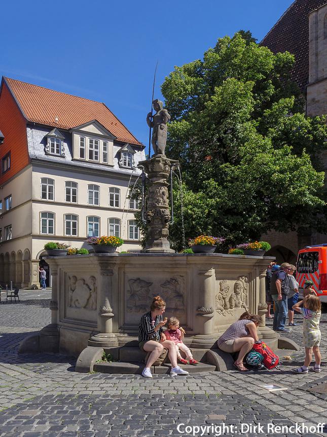 Rolandbrunnen am historischen Marktplatz, Hildesheim, Niedersachsen, Deutschland, Europa<br /> Roland fountain at historical marketplace, Hildesheim, Lower Saxony, Germany, Europe
