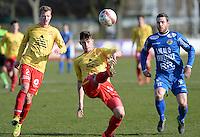 FC Knokke - OMS Ingelmunster : Gianni Derieuw (midden) haalt de bal weg voor de toekijkende Mathias De Keyser (links) en Mattis Persoons (r)<br /> Foto VDB / Bart Vandenbroucke