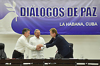 """LA HABANA - CUBA, 23-06-2016 Juan Manuel Santos, presidente de Colombia, saluda a Borge Brende, caciller de Noruega, país garante frente a Raul Castro, presidente de Cuba, y Rodrigo Londoño """"Timochenko"""" (fuera de cuadro), jefe de las Farc, hoy en La Habana durante la firma del acuerdo para el cese al fuego y de hostilidades bilateral y definitivo entre el gobierno de Colombia y la guerrilla de las Farc. El presidente de Cuba Raul Castro fue testigo como representartnte del país garante de los acuerdos. / Juan Manuel Santos, president of Colombia, shakesd hands with Borge Brende, Norway Chancellor, guarantor country in front of Raul Castro, president of Cuba, and Rodrigo Londoño """"Timochenko"""", leader of Farc during the signing of the agreement of the definitive ceasefire and hostilities between Colombia Government and left guerrillas of Farc. Raul Castro, president of Cuba was the witness as representantive Country of the process. Photo: VizzorImage /  Nelson Cardenas - SIG / HANDOUT PICTURE; MANDATORY EDITORIAL USE ONLY/ NO MARKETING, NO SALES"""