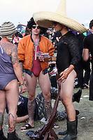 18. With Full Force .Das With Full Force (kurz WFF) ist ein Musikfestival für Metal, Hardcore und Punk. Jährlich findet es am ersten Juliwochenende auf dem Segelflugplatz Roitzschjora bei Löbnitz statt. 2010 waren es  um die  30.000 Besucher. Impressionen des ersten Festivaltags mit zum Beispiel Bring Me The Horizon, Agnostic Front, Bullet for My Valentine und Millencolin. .Im Bild: Typische Festivalbesucher..Foto: Karoline Maria Keybe