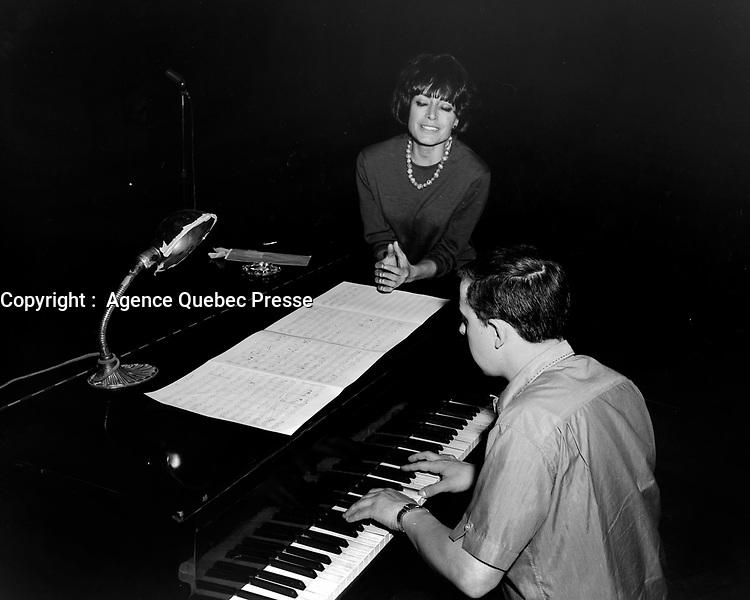 Sujet : Pauline Julien<br /> Date : Entre le 19 et le 26 avril 1965<br /> <br /> Photographe : Photo Moderne<br /> - Agence Quebec Presse