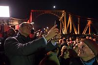 Feierlichkeit zum 30. Jahrestag des Mauerfall am 10. November 2019 an der Glienicker Bruecke. Die Bruecke zwischen Potsdam und Berlin wurde am 10. November 1989 fuer DDR-Buerger geoeffnet.<br /> Im Bild: Der Regierende Buergermeister von Berlin, Michael Mueller, SPD, macht ein Selfie bei der Feier auf der Bruecke.<br /> 10.11.2019, Berlin<br /> Copyright: Christian-Ditsch.de<br /> [Inhaltsveraendernde Manipulation des Fotos nur nach ausdruecklicher Genehmigung des Fotografen. Vereinbarungen ueber Abtretung von Persoenlichkeitsrechten/Model Release der abgebildeten Person/Personen liegen nicht vor. NO MODEL RELEASE! Nur fuer Redaktionelle Zwecke. Don't publish without copyright Christian-Ditsch.de, Veroeffentlichung nur mit Fotografennennung, sowie gegen Honorar, MwSt. und Beleg. Konto: I N G - D i B a, IBAN DE58500105175400192269, BIC INGDDEFFXXX, Kontakt: post@christian-ditsch.de<br /> Bei der Bearbeitung der Dateiinformationen darf die Urheberkennzeichnung in den EXIF- und  IPTC-Daten nicht entfernt werden, diese sind in digitalen Medien nach §95c UrhG rechtlich geschuetzt. Der Urhebervermerk wird gemaess §13 UrhG verlangt.]