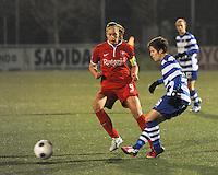 AA GENT LADIES - FC TWENTE :<br /> Annelien Van Gansbeke (R) ontzet de bal voor de ogen van Anouk Dekker (L)<br /> foto Dirk Vuylsteke / Nikonpro.be