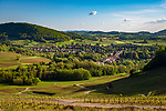 Frankreich, Bourgogne-Franche-Comté, Département Jura, Voiteur: Weinbauort unterhalb von Château-Chalon am Fluesschen La Seille| France, Bourgogne-Franche-Comté, Département Jura, Voiteur: wine village beneath Château-Chalon