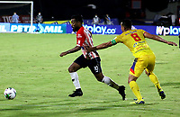 BARRANQUILLA-COLOMBIA, 07-10-2020: Luis Gonzalez de Atletico Junior y Camilo Ayala de Deportivo Pasto disputan el balon, durante partido entre Atletico Junior y Deportivo Pasto, de la fecha 12 por la Liga BetPlay DIMAYOR 2020-I jugado en el estadio Romelio Martinez de la ciudad de Barranquilla. / Luis Gonzalez of Atletico Junior and Camilo Ayala of Deportivo Pasto battle for the ball, during a match between Atletico Junior and Deportivo Pasto of the 12th date for the BetPlay DIMAYOR Leguaje 2020-I played at the Romelio Martinez Stadium in Barranquilla city. / Photo: VizzorImage / Jairo Cassiani / Cont.