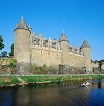 France, Brittany, Département Morbihan, Josselin: Josselin Castle at river Oust   Frankreich, Bretagne, Département Morbihan, Josselin: Château de Josselin am Fluss Oust