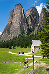 Italy, South Tyrol (Trentino - Alto Adige), Dolomites, near Selva di Val Gardena: Valley Langental (Vallunga) in Puez-Geisler Nature Park, a popular hiking area in summer, chapel Silvestro and South-East towers of Monte Stevia | Italien, Suedtirol (Trentino - Alto Adige), Dolomiten, bei Wolkenstein in Groeden: das Langental (Vallunga) im Naturpark Puez-Geisler, ein Wanderparadies im Sommer, die Sylvesterkapelle vor den Suedosttuermen der Stevia (Monte Stevia)