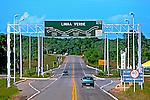 Inicio da estrada Linha Verde na Bahia. 1998. Foto de Juca Martins.