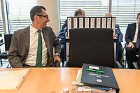 In einer nichtoeffentlichen Sondersitzung des Bundestagsausschuss fuer Verkehr und digitale Infrastruktur, am Mittwoch den 24. Juli 2019, berichtete Bundesverkehrsminister Andreas Scheuer (CSU) dem Ausschuss ueber Vertragsinhalte und moegliche Schadensersatzansprueche im Hinblick auf Kuendigungen von Vertraegen zur Infrastrukturabgabe (MAUT) in Folge des Urteils des Europaeischen Gerichtshofs (EuGH). Das Verkehrsministerium hatte, noch bevor die Einfuehrung der MAUT rechtsgueltig haette werden koenne, millionenschwere Vertraege mit Firmen abgeschlossen.<br /> Im Bild: Der Ausschussvorsitzende Cem Oezdemir, Buendnis 90/ Die Gruenen. Hinter Oezdemir, ein Rollwagen mit den Vertraegen.<br /> 24.7.2019, Berlin<br /> Copyright: Christian-Ditsch.de<br /> [Inhaltsveraendernde Manipulation des Fotos nur nach ausdruecklicher Genehmigung des Fotografen. Vereinbarungen ueber Abtretung von Persoenlichkeitsrechten/Model Release der abgebildeten Person/Personen liegen nicht vor. NO MODEL RELEASE! Nur fuer Redaktionelle Zwecke. Don't publish without copyright Christian-Ditsch.de, Veroeffentlichung nur mit Fotografennennung, sowie gegen Honorar, MwSt. und Beleg. Konto: I N G - D i B a, IBAN DE58500105175400192269, BIC INGDDEFFXXX, Kontakt: post@christian-ditsch.de<br /> Bei der Bearbeitung der Dateiinformationen darf die Urheberkennzeichnung in den EXIF- und  IPTC-Daten nicht entfernt werden, diese sind in digitalen Medien nach §95c UrhG rechtlich geschuetzt. Der Urhebervermerk wird gemaess §13 UrhG verlangt.]