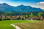 Deutschland, Bayern, Chiemgau: Vachendorf mit den Gipfeln Hochgern (rechts) und Hochfelln (links) der Chiemgauer Alpen | Germany, Bavaria, Chiemgau: Vachendorf with summits Hochgern (right) and Hochfelln (left) of Chiemgau Alps