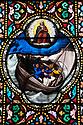 Douarnenez - Bretagna, 21 agosto 2020. Vetrata della chiesa del Sacro Cuore. La barca è il St. Anne di Douarnenez
