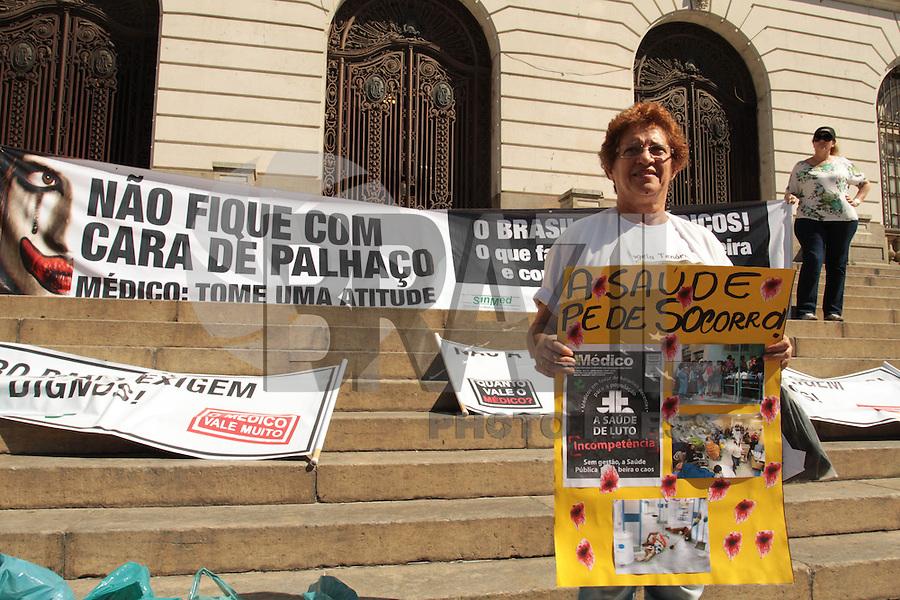 RIO DE JANEIRO, RJ,31 JULHO 2013 - MANIFESTAÇÃO CONTRA O PROGRAMA MAIS MÉDICOS PELO BRASIL - Os médicos, residentes e estudantes de medicina do Rio de Janeiro fazem uma manifestação contra o programa MAIS MÉDICOS PARA O BRASIL em frente câmera municipal na Cinelândia no centro da cidade do Rio de Janeiro nessa quarta 31. (FOTO: LEVY RIBEIRO / BRAZIL PHOTO PRESS)