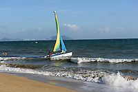 Segeln an der Sanya Bay beim Club Med auf der Insel Hainan, China<br /> Sailing,  beach at Sanya Bay near Club Med  Hainan island, China