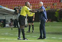 IBAGUÉ- COLOMBIA , 8-04-2018:John Hinestroza (Izq.) referee central y Alexis Mendoza  (Der.) director técnico del Atlético Junior durante partido conra el Deportes Tolima  por la fecha 13 de la Liga Águila I 2018 jugado en el estadio Manuel Murillo Toro de la ciudad de Ibagué. / Central referee John Hinestroza (L) and Alexis Mendoza (R) coach of Atletico Junior  during match agaisnt Deportes Tolima for the date 13 of the Aguila League I 2018 at Manuel Murillo Toro  stadium in Ibague city. Photo: VizzorImage  /Juan Carlos Escobar / Contribuidor