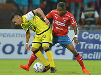 MEDELLÍN - COLOMBIA, 17-10-2018:  William Parra (Der) jugador del Medellín disputa el balón con Alex Castro (Izq) de Alianza Petrolera durante el partido entre Deportivo Independiente Medellín y Alianza Petrolera por la fecha 15 de la Liga Águila II 2018 jugado en el estadio Atanasio Girardot de la ciudad de Medellín. / William Parra (R) player of Medellin vies for the ball with Alex Castro (L) player of Alianza Petrolera during match between Deportivo Independiente Medellin and Alianza Petrolera for the date 15 of the Aguila League II 2018 played at Atanasio Girardot stadium in Medellin city. Photo: VizzorImage/ León Monsalve / Cont