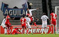 MANIZALES - COLOMBIA, 01-08-2016: Jose J de la Cuesta (Der) de Once Caldas disputa el balón con BreinerBonilla (Izq) de Fortaleza CEIF por la fecha 6 de Liga Águila II 2016 jugado en el estadio Palogrande de la ciudad de Manizales./  Jose J de la Cuesta (R) player of Once Caldas fights for the ball with BreinerBonilla (L) player of Fortaleza CEIF  during match for the date 6 of the Aguila League II 2016 played at Palogrande stadium in Manizales city. Photo: VizzorImage / Santiago Osorio / Str