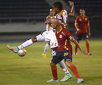 BARRANQUIILLA -COLOMBIA-26-04-2015. Yuberney Franco(Izq) de Uniauntónoma disputa el balón con Davinson Monsalvo (Der) de Deportes Tolima en partido por la fecha 17 de la Liga Aguila I 2015 jugado en el estadio Metropolitano de la ciudad de Barranquilla./ Yuberney Franco (L) player of Uniautonoma fights for the ball with  Davinson Monsalvo (R) player of Deportes Tolima during match valid for the 17th date of the Aguila League I 2015 played at Metropolitano stadium in Barranquilla city.  Photo: VizzorImage/Alfonso Cervantes/Cont
