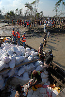 BANGLADESH, Southkhali in district Bagerhat, distribution of relief goods from Saudi Arabia after the cyclone Sidr which has flooded and destroyed many villages and claimed many victims / Bangladesch, Wirbelsturm Sidr und eine Sturmflut zerstoeren viele Doerfer im Kuestengebiet von Southkhali, Verteilung von Hilfsguetern aus Saudi-Arabien