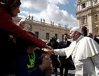 Papa Francesco saluta i fedeli al termine dell'udienza generale del mercoledi' in Piazza San Pietro, Citta' del Vaticano, 28 marzo, 2018.<br /> Pope Francis greets faithful at the end of his weekly general audience in St. Peter's Square at the Vatican, on March 28, 2018.<br /> UPDATE IMAGES PRESS/Isabella Bonotto<br /> <br /> STRICTLY ONLY FOR EDITORIAL USE