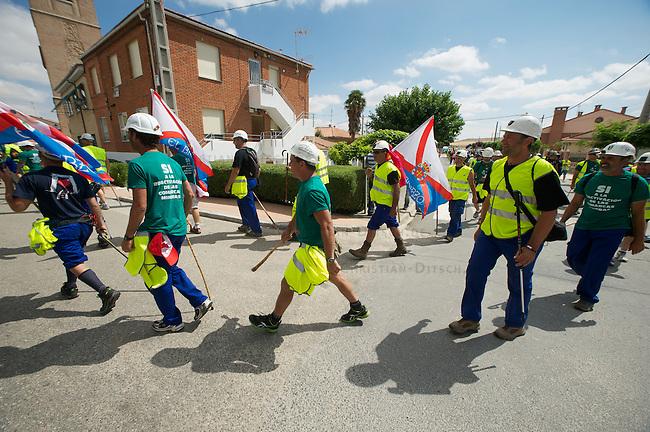 Bergarbeiterstreik in Spanien.<br /> Am 5. Juli 2012 erreichten 200 Bergarbeiter mit dem ÑMarcha Negraì (der Schwarze Marsch) nach 14 Tagen und 381,7 Kilometer Marsch die Ortschaft Sanchidrian in der Provinz Avila. Am 11. Juli 2012 wollen die Mineros in Madrid eintreffen und vor das Wirtschaftsministerium gehen.<br /> Mit dem Marcha Nagra und dem seit Mai andauernden Streik der Mineros soll die Regierung gezwungen werden, die Kuerzung von 64% der Bergbaufoerderung zurueck zu nehmen. Die Kuerzung bedeutet das Aus fuer den spanischen Bergbau und tausende Bergarbeiter sind von Arbeitslosigkeit bedroht.<br /> Im Bild:<br /> 5.7.2012, Sanchidrian/Spanien<br /> Copyright: Christian-Ditsch.de<br /> [Inhaltsveraendernde Manipulation des Fotos nur nach ausdruecklicher Genehmigung des Fotografen. Vereinbarungen ueber Abtretung von Persoenlichkeitsrechten/Model Release der abgebildeten Person/Personen liegen nicht vor. NO MODEL RELEASE! Nur fuer Redaktionelle Zwecke. Don't publish without copyright Christian-Ditsch.de, Veroeffentlichung nur mit Fotografennennung, sowie gegen Honorar, MwSt. und Beleg. Konto: I N G - D i B a, IBAN DE58500105175400192269, BIC INGDDEFFXXX, Kontakt: post@christian-ditsch.de<br /> Bei der Bearbeitung der Dateiinformationen darf die Urheberkennzeichnung in den EXIF- und  IPTC-Daten nicht entfernt werden, diese sind in digitalen Medien nach §95c UrhG rechtlich geschuetzt. Der Urhebervermerk wird gemaess §13 UrhG verlangt.]