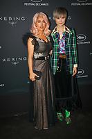 Salma Hayek (L) Chris Lee en photocall avant la soiréee Kering Women In Motion Awards lors du soixante-dixième (70ème) Festival du Film à Cannes, Place de la Castre, Cannes, Sud de la France, dimanche 21 mai 2017. Philippe FARJON / VISUAL Press Agency