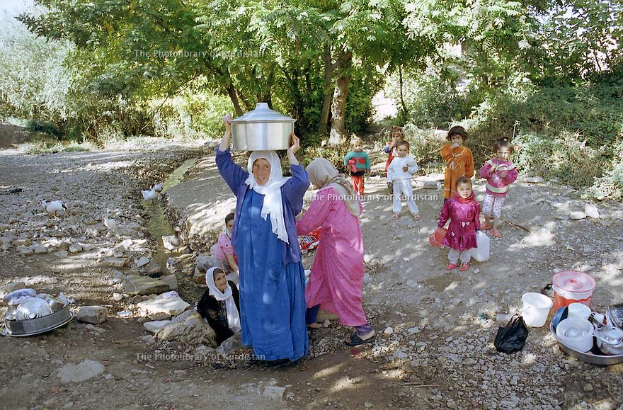 Irak 2000  Femmes d'Hanab allant laver leurs plats a la source du village   Iraq 2000  Women in Hanab washing dishes to a spring