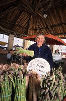Europe/France/Midi-Pyrénées/46/Lot/Causse de Martel/Martel: Le marché sous la halle 18 place des Consuls - Agricultrice vendant ses asperges de la Vallée [Non destiné à un usage publicitaire - Not intended for an advertising use]<br /> PHOTO D'ARCHIVES // ARCHIVAL IMAGES<br /> FRANCE 1990