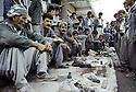 Irak 1992   Dans Halabja, le marché des armes dans la rue    Iraq 1992 Halabja : selling weapons in the street