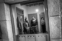 2012-12-26. Pereña, Salamanca..Luis Rodríguez es médico rural en la comarca de Las Arribes (Salamanca), una de las más envejecidas y despobladas de España. La mayoría de los pacientes de esta zona son octogenarios que viven en municipios de menos de 500 habitantes como Pereña o Cabeza de Framontanos. El trabajo del médico rural es similar al de cualquier médico de familia, salvo por las largas distancias que tienen que recorrer para visitar a los pacientes. En algunos pueblos no hay ni siquiera dispensario y es el doctor el que se desplaza a las casas. Esta profesión tampoco se libra de los recortes sanitarios. Por ejemplo, Castilla y León ha decidido suprimir las guardias médicas rurales en 16 puntos de su geografía. (c) Pedro ARMESTRE.<br />  Luis Rodríguez works as a rural doctor in the region of Las Arribes (Salamanca), one of the most aged and depopulated of Spain. The majority of the patients of this zone are octogenarian that live in very small towns with no more than 500 inhabitants as Pereña or Cabeza de Framontanos. The work of the rural doctor is similar to any other general doctor, except for the long distances that they have to cross. The rural doctor usually moves with his car to the houses of the patients in zones with difficulties to access. The development and the cuts in the budget of the Spanish health can make eliminate this profession. (c) Pedro ARMESTRE