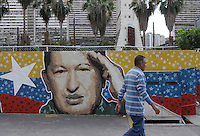 Venezuela: Caracas,02/02/11 .Venezuelan citizen walk past a mural with the face of President Hugo Chavez in downtown Caracas..Carlos Hernandez/Archivolatino