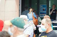 Teilnehmer der AfD Wahlkampfveranstaltung müssen an den Protestlern vorbei - Gross-Gerau 10.07.2021: Protest gegen AfD Veranstaltung
