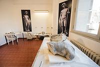 """Die Skulpturensammlung und das Museum fuer Byzantinische Kunst der Staatlichen Museen zu Berlin restaurieren derzeit 59 Kunstwerke, von denen viele im Zweiten Weltkrieg in den Flakbunker Friedrichshain ausgelagert wurden und dort schwere Schaeden durch zwei verheerende Braende erlitten haben. Unter den Skulpturen und Reliefs der Renaissance-Zeit finden sich u.a. Meisterwerke wie Donatellos """"Madonna mit vier Cherubim"""" (um 1440) und Tullio Lombardos Schildtraeger (Ende 15. Jh.).<br /> Dank der grosszuegigen Foerderung der Ernst von Siemens Kunststiftung konnte 2017 ein umfassendes Restaurierungs- und Forschungsprojekt fuer die Bestaende des Bode-Museums gestartet werden, die von den Spuren der Braende und ihrer dramatischen Geschichte in und nach dem Krieg gezeichnet sind. Im Rahmen der Initiative KUNST AUF LAGER werden adaequate Restaurierungs- und Ergaenzungsmassnahmen erarbeitet und durchgefuehrt – mit dem Ziel, viele dieser Hauptwerke nach mehr als 70 Jahren wieder der Oeffentlichkeit praesentieren zu koennen.<br /> Im Bild: Teile der Skulpturen """"Schildtrager"""" von Tullio Lombardo.<br /> 10.4.2018, Berlin<br /> Copyright: Christian-Ditsch.de<br /> [Inhaltsveraendernde Manipulation des Fotos nur nach ausdruecklicher Genehmigung des Fotografen. Vereinbarungen ueber Abtretung von Persoenlichkeitsrechten/Model Release der abgebildeten Person/Personen liegen nicht vor. NO MODEL RELEASE! Nur fuer Redaktionelle Zwecke. Don't publish without copyright Christian-Ditsch.de, Veroeffentlichung nur mit Fotografennennung, sowie gegen Honorar, MwSt. und Beleg. Konto: I N G - D i B a, IBAN DE58500105175400192269, BIC INGDDEFFXXX, Kontakt: post@christian-ditsch.de<br /> Bei der Bearbeitung der Dateiinformationen darf die Urheberkennzeichnung in den EXIF- und  IPTC-Daten nicht entfernt werden, diese sind in digitalen Medien nach §95c UrhG rechtlich geschuetzt. Der Urhebervermerk wird gemaess §13 UrhG verlangt.]"""