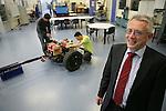 Foto: VidiPhoto..ARNHEM - Lector Joop Pauwelussen van de Hogeschool Arnhem-Nijmegen (HAN) tussen de studenten.