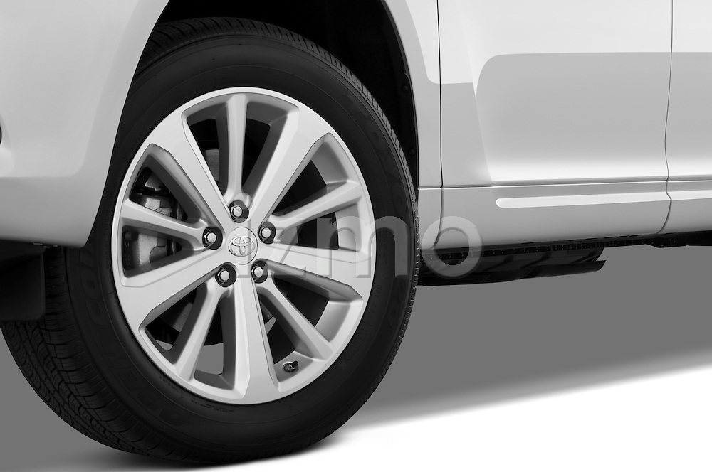 Tire and wheel close up detail view of a 2009 Toyota Highlander Hybrid Limited