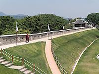 Mauer beim Nordtor Hwaseomun der Festung von Suwon, Provinz Gyeonggi-do, Südkorea, Asien, Unesco-Weltkulturerbe<br /> wall near northgate Hwaseomun of fortress Hwaseong, Suwon, Province Gyeonggi-do, South Korea Asia, UNESCO World-heritage