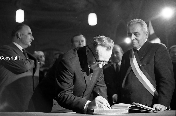 Salle du Capitole. Le 5 Novembre 1966. Vue d'Alexis Kossyguine qui signe le livre d'or de la ville avec à ses côtés Georges Pompidou et Louis Bazerque.