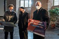 Mit einer Plakat-Kampagne wollen die evangelische und katholische Kirche im Jahr 2021 ein sichtbares Zeichen gegen Antisemitismus setzen. Sie wendet sich insbesondere an die Gemeinden und kirchlichen Einrichtungen. Kernanliegen der Kampagne ist es, die Gemeinsamkeiten zwischen Juden und Christen in den Festen und im religioesen Leben aufzuzeigen, um gegen den zunehmenden Antisemitismus klar Stellung zu beziehen, der auch christliche Wurzeln hat.<br /> Im Bild vlnr.: Pfarrer Ulrich Kastner; Rabbi Dr. Andreas Nachama; Volker Beck, Publizist und ehem. MbB (Gruene).<br /> 11.11.2020, Berlin<br /> Copyright: Christian-Ditsch.de