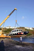 Fähre im Hafen wird ins Wasser eingesetzt, auf der Insel Corvo, Azoren, Portugal