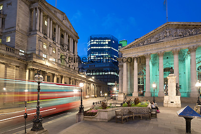 United Kingdom, England, London: Bank of England (on left) and Royal Exchange (on right) in The City financial district on Threadneedle Street at night   Grossbritannien, England, London: Bank von England (links) und koenigliche Boerse (rechts) im Finanz Distrikt, abends