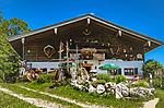 Deutschland, Bayern, Chiemgau, oberhalb von  Schleching: die Chiemhauser Alm (1.035 m), mittelalterliche Klosteralm des Klosters Herrenchiemsee, eine bewirtschaftete Almhuette und beliebtes Ausflugsziel | Germany, Bavaria, Chiemgau, above Schleching: alpine pasture hut 'Chiemhauser Alm' an operated hut and popular destination