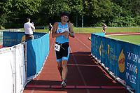 Lokalmatador Friedel Becker (Atlas Mörfelden) kommt ins Ziel - Mörfelden-Walldorf 18.07.2021: MoeWathlon