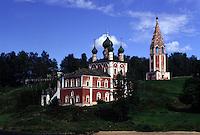 RUSSIA  Viaggio in battello da San Pietroburgo a Mosca lungo il Volga. Vista su una riva: una chiesa ortodossa con le tipiche cupole. Tutto intorno alberi e vegetazione.
