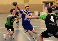 HBC Izegem -  Desselgemse Handbal : Bartosz Proszynski (midden) aan de bal voor Stefan Baetens (links) <br /> foto VDB / BART VANDENBROUCKE