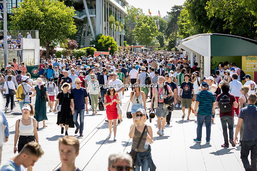 Paris, France, 27 May, 2018, Tennis, French Open, Roland Garros, Crowd shuffles in<br /> Photo: Henk Koster/tennisimages.com