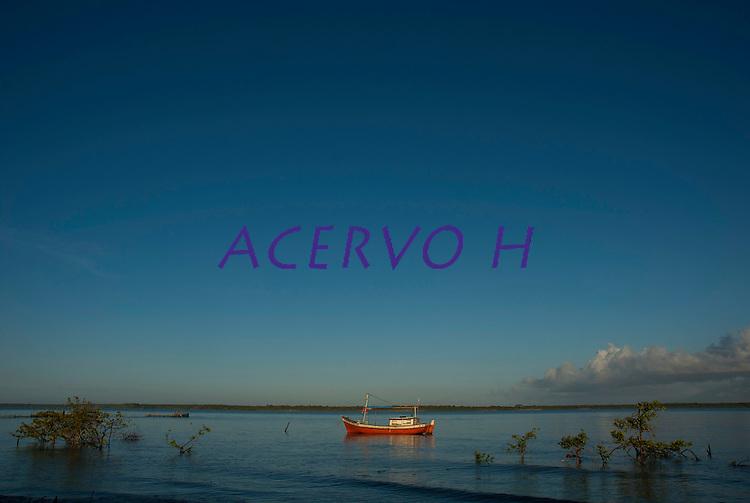 Vila de pescadores na praia de Paxicú, na Reserva Extrativista Marinha Mãe Grande localizada no litoral do Pará, na foz do rio Amazonas. Os pescadores residentes desta vila capturam diariamente cerca de 200 quilos de pescado de várias espécies como: piramutabas, sardinhas, filhotes, pescada amarela, robalo e tainhas.<br /> Curuçá, Pará, Brasil<br />  Foto: Paulo Santos <br /> 23/07/2009