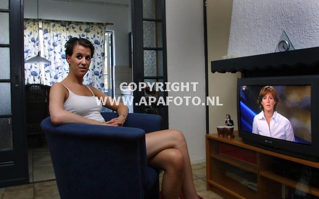 arnhem 260701 irene lam heeft lichtalergie<br />en zit de hele dag binnen met de gordijnene dicht.<br />foto frans ypma APA-foto