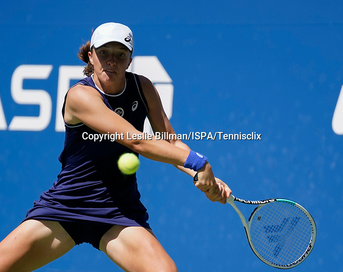 September  6, 2021:   Iga Swiatek loses to Belinda Bencic (SUI),at the US Open being played at Billy Jean King Ntional Tennis Center in Flushing, Queens, New York, {USA} ©Jo Becktold/Tennisclix/CSM