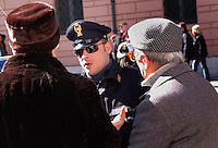 Forze dell'Ordine. Law Enforcement..Poliziotti mentre aiutano degli anziani. Policemen while helping the elderly.....