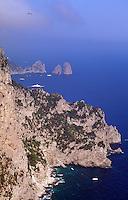 Italien, Capri, Blick vom Belvedere Migliara auf Faraglioni-Felsen