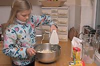 Kinder basteln Blattkacheln aus Salzteig, Mädchen verrührt die Zutaten zum Salzteig in einer Schüssel